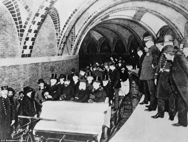 Ciudadanos de la época en un molón tren descapotable