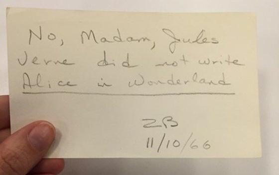 """""""No, Madam, Jules Verne did not write Alice in Wonderland"""" [""""No, Señora, Julio Verne no escribió Alicia en el país de las Maravillas""""]"""